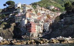 Cinque Terre egyik színpompás faluja