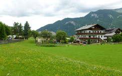 Ház és virágos mező a St. Wolfgang See mellett, Salzkammergut, Ausztria