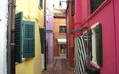 Szűk utca Buranoban, Olaszország