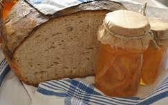 Kovászos házi kenyér narancslekvárral