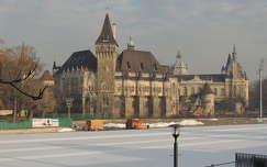Budapest,Vajdahunyad vára a jégpályával