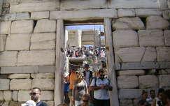 Hömpölygő tömeg az Akropoliszon, Athén.