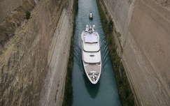 Yacht. Korinthoszi-csatorna.