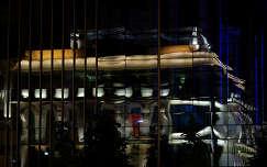 Nemzeti Színház tükörképe éjszaka.
