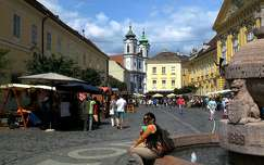 A Székesfehérvári Városház tér a Ciszterci templommal.