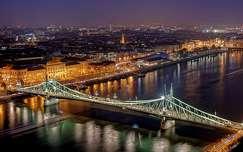 A Szabadság híd esti fényei