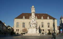 Szentháromság szobor mögött a Magyar ház látható