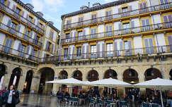 Plaza de Constitución, SanSebastian, SpanyolországAz ajtók számozása állítólag annak emlékét őrzi, hogy a 19. századtól kezdve a téren rendezett nagy eseményekre (bikaviadalokra vagy másra) érkező prominens vendégek használták ezeket