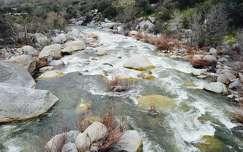kövek és sziklák patak