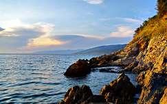 kövek és sziklák tengerpart