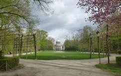 Parc du Cinquantenaire (50 éves évforduló Parkja) Brüsszelben, háttérben a Bordiau csarnokokkal