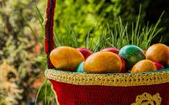 Húsvéti tojások kosárban