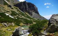 kövek és sziklák hegy patak