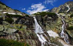 kövek és sziklák vízesés hegy