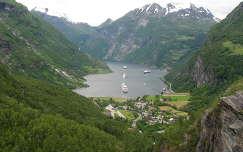 Norvégia   Geiranger-fjord,    16km hosszan, 2000m magas hegyek között vezet a szárazföld belsejébe, mélysége 300 méter.