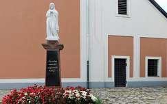 Mária szobor a Szent Ignác templomnál, Balatonalmádi, magyarország