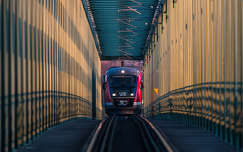 Északi összekötő vasúti hídon robog a vonat...