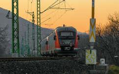 mozdony vonat naplemente sínpár