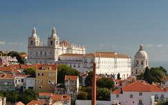 Távolban balra Igreja de São Vicente de Fora temploma és jobbra Nemzeti Panthenon, Lisszabon, Portugália