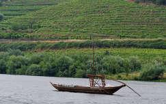 Portugália - Douro-folyó, régen ilyen kis hajókkal szállították a portóit