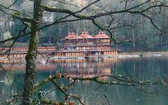 románia tó medve-tó szováta kárpátok erdély tükröződés