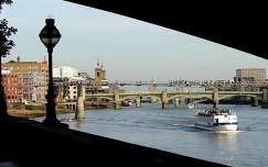 London Bridge lábánál, Temze, Anglia