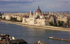 Parlament és a városrész látképe