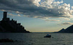 Olaszország, Garda-tó, Malcesine-i vár esti fényben