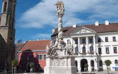 Sopron - Fő tér - Szentháromság szobor - Városi Tanácsháza - bencés vagy Kecske-templom ( épült 1200-1300 között )  fotó: Kőszály