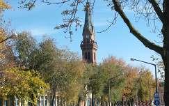 Szarvas - őszi utcarészlet -  az Új Evangélikus Templom,   fotó: Kőszály